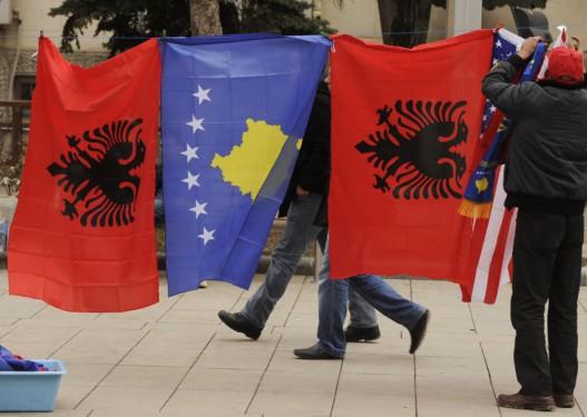 """Drecun flet për luftë në Ballkan: Prishtina dhe Tirana po punojnë për """"Shqipërinë e Madhe"""""""
