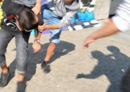 Plas sherri mes të rinjve në Elbasan, qëllohet me thikë 20-vjeçari