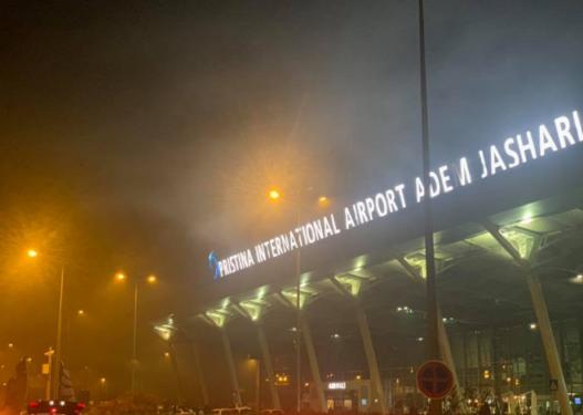 """""""Dramë"""" në Aeroportin e Prishtinës: Disa aeroplanë kanë mbetur në qiell, s'po mund të aterojnë"""