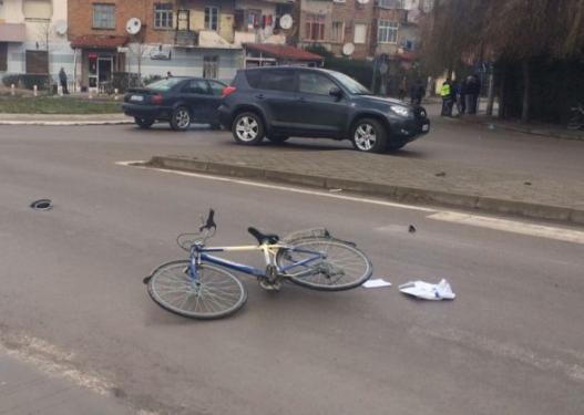 U përplas nga makina teksa po udhëtonte me biçikletë, ndërron jetë në spital i moshuari