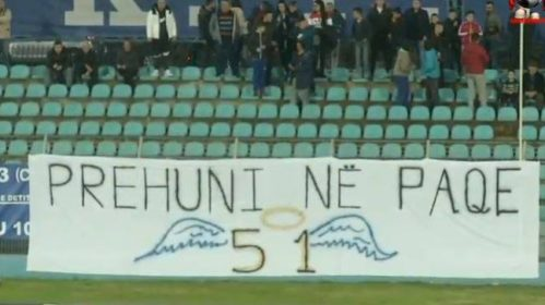 U shuan 51 jetë nga tërmeti, tifozët e Teutës shpalosin banderolën: Prehuni në paqe