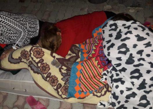 Pasgoditjet e natës së kaluar, banorët e Shetajt në Durrës flenë jashtë: Kemi frikë, nuk rrimë dot më në shtëpi