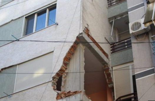Pallatit i është vënë shiriti por banorët vijojnë të jetojnë aty, invalidi: Po fle në hyrje të godinës