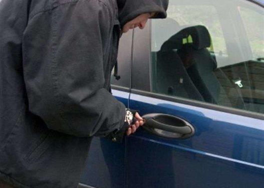 Grabiti 1 milion lekë të reja të fshehura në një makinë, arrestohet 44-vjeçari