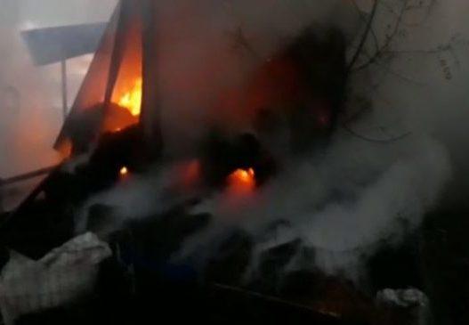 Zjarri shkrumbon furgonin në Roskovec, digjen edhe 1 mijë dëngje bari