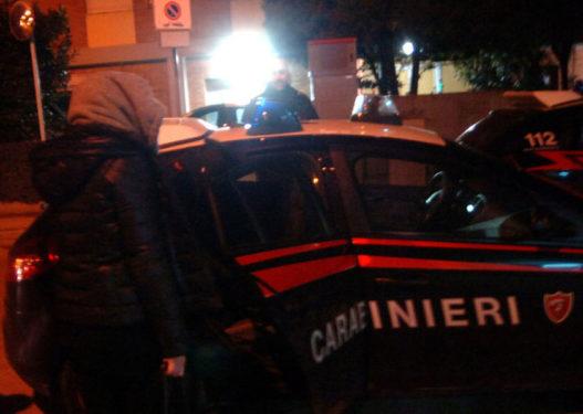 Po furnizonin makinën me karburant, policia kap në befasi shqiptarin dhe të fejuarën e tij italiane