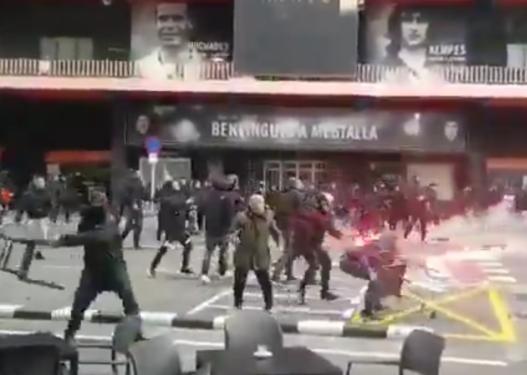 Përleshje të dhunshme mes tifozëve të Barcelonës dhe Valencias, ultrasit godasin njëri-tjetrin me ç'të gjenë përpara