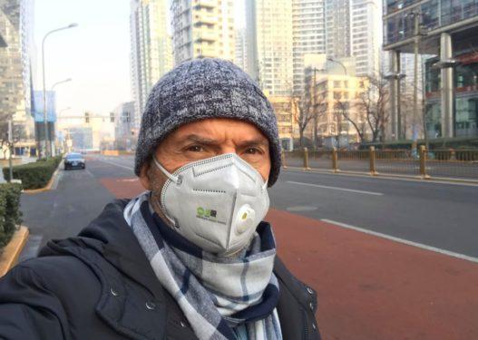 Ambasadori shqiptar me maskë në fytyrë: Udhëtimet dhe kontaktet fizike me Kinën t'i shtyni për më vonë