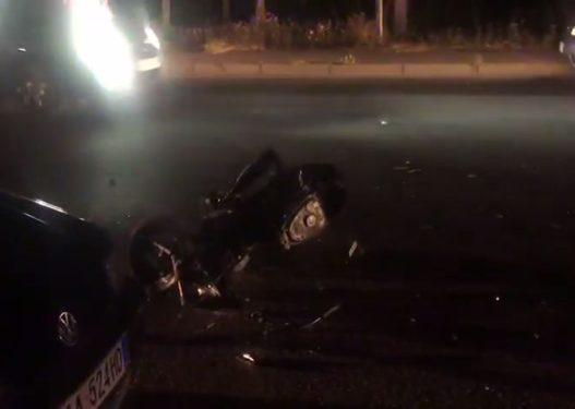 Makina humb kontrollin dhe përplaset me motorin, plagosen rëndë dy persona