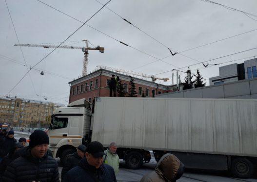 Shoferi shkakton kaos në qendër të qytetit, bllokon rrugën me kamion sepse pronari po i vononte rrogën