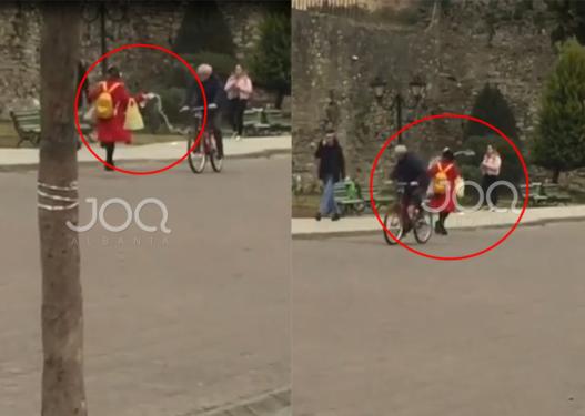 """""""Çmendet"""" vajza nga Elbasani, lag me ujë çdo person që i del përpara në rrugë"""
