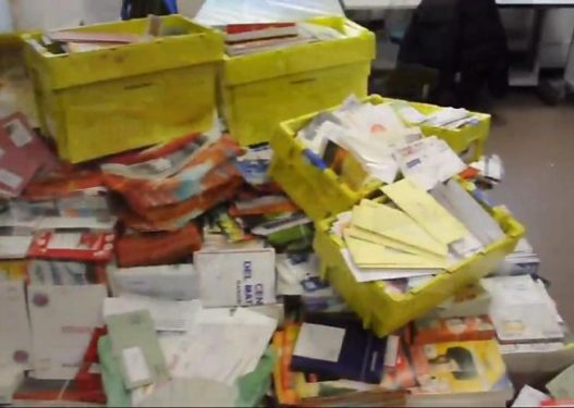 I kishte bezdi për t'i shpërndarë, postierit të moshuar i gjenden 24 mijë letra në shtëpi