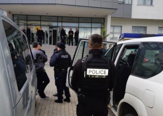 Burri nga Kosova tenton ta ngulfas gruan, djali pengon Policinë