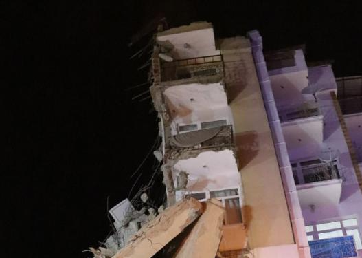 Pamje tronditëse nga tërmeti në Turqi/ Muret u çanë e sendet binin, banorët luteshin të shpëtonin gjallë