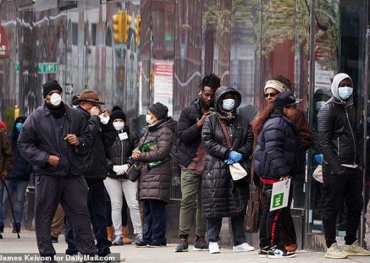 Koronavirusi/ Mjekët: Edhe frymëmarrja apo e folura pa maskë mund t'iu infektojë