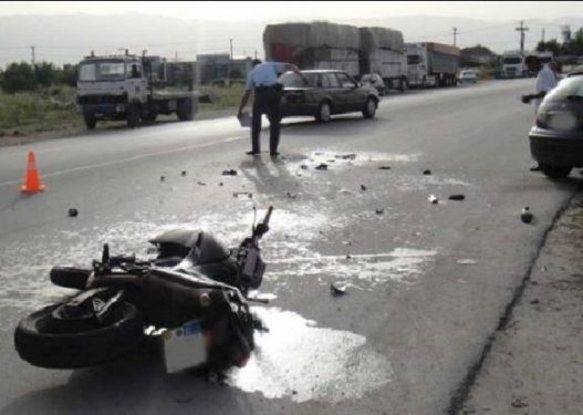 Aksident i rëndë/ Automjeti përplas motorin, vdes në vend drejtuesi