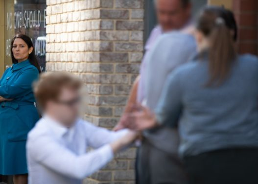Kuksiani arrestohet në Londër, momenti ndiqet live nga ministrja britanike