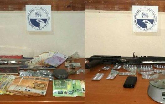 Drogë dhe kallashnikov/ Shkatërrohet grupi kriminal, funizohej nga Shqipëria