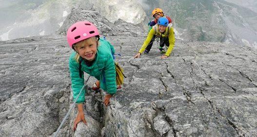 E pazakontë/ Çifti i alpinistëve ngjiten në 3000 m lartësi bashkë me fëmijët e tyre të mitur