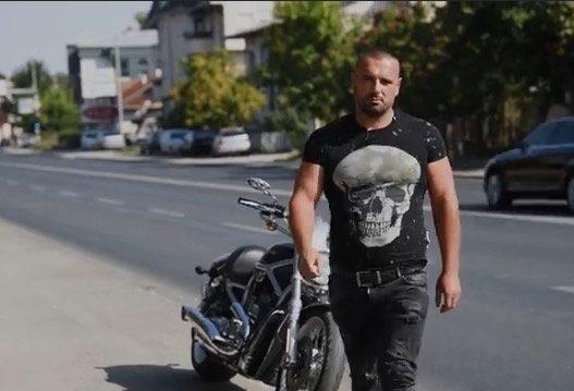 """Ky është trimi me motoçikletë që i bëri """"Komitat"""" maqedonas t'ia mbathin me të katra"""