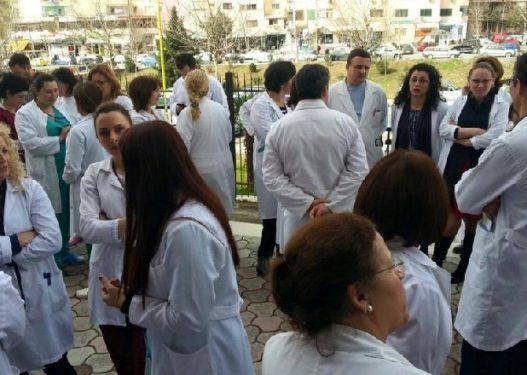 Mjekët paralajmëruan protestë ditën e nesërme, policia s'u jep leje