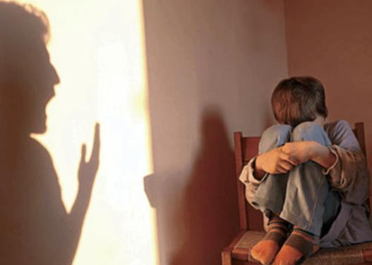 Ushtroi dhunë mbi djalin e saj 9 vjeçar, për pak sa nuk e mbyti me kabllo