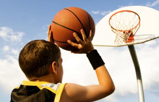 Vdes i riu shqiptar, derisa ishte duke luajtur basketboll