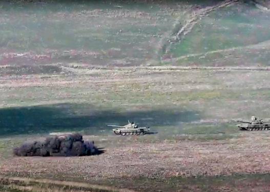 Pamje të renda/ Luftë mes Armenisë dhe Azerbajxhanit, ushtarë të shtrirë në tokë nga bombardimet