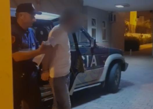 Kërcënuan me mjet prerës 18-vjeçarin dhe i morën lekët, kapet njëri nga autorët