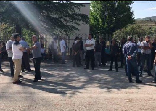 Naftëtarët e Ballshit hyjnë në grevë urie, punonjëset femra të gatshme t'iu bashkohen