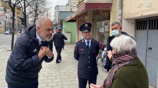 Qeshi se i foli Edi Rama/ Shoqërohet në komisariat gruaja në Tiranë