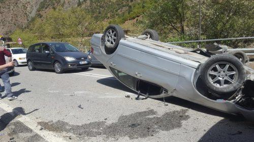Aksident i rëndë në Fierzë/ Punonjësit e pyjores bllokohen poshtë makinës, duhet ndërhyrje nga ajri për shkak të terrenit
