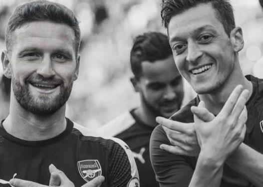 U largua nga Arsenali, Shkodran Mustafi përshëndet Ozilin me simbolin e shqiponjës