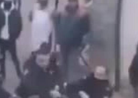 E rëndë! Shqiptari kërcënon me thikë gruan brenda makinës
