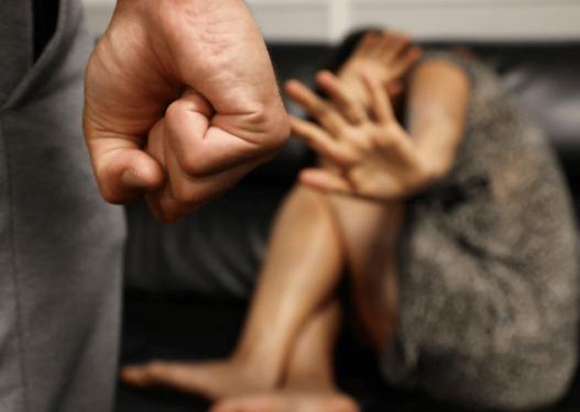 Qytetarja denoncon: Kunati dhunon motrën time çdo ditë, është alkoolist nuk i jep divorcin