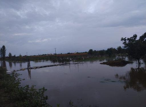 Stuhia përmbyt tokat në Kurbin, rrezikohen shtëpitë