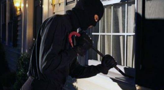 Podujevë, një hajn hyn në një lokal, sulmon shitësen dhe vjedh 20 euro