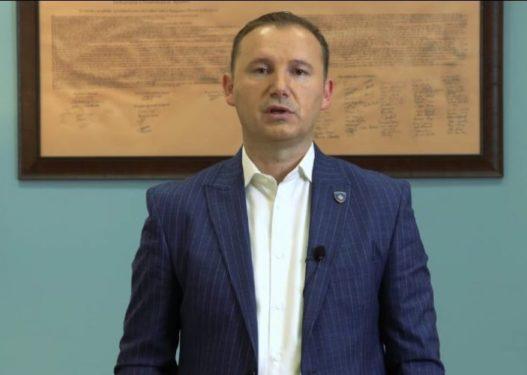 Ish-ministri i Shëndetësisë nuk e vë maskën në qendër tregtare