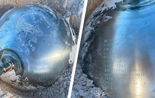 Me shkrime ruse dhe tepër i rëndë! Pushuesit habiten nga topi i titaniumit në plazh