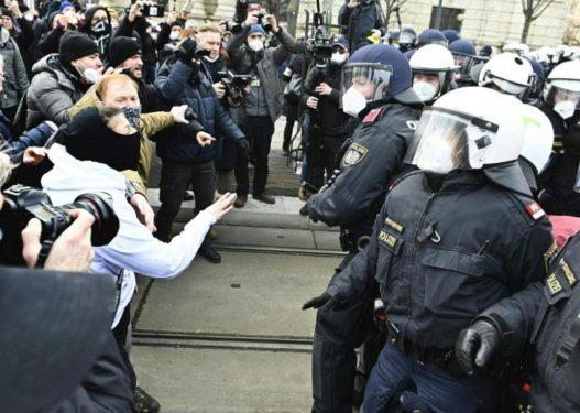 Masat anti-Covid/ Austriakët rebelohen ndaj kryeministrit: Dorëhiqu!