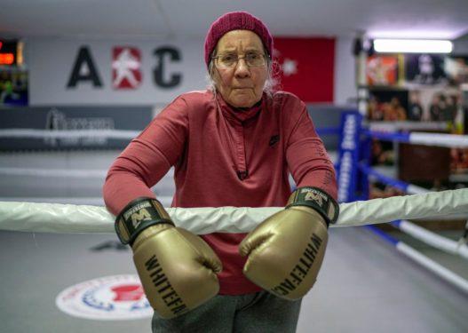Për t'u habitur/ 75-vjeçarja me 'Parkinson' praktikon sportin e boksit për të mposhtur sëmundjen