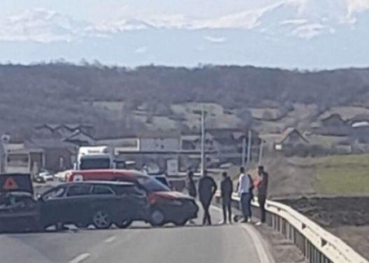 Aksident i rëndë në autostradë/ Përplasen 5 automjete, ndërron jetë një person