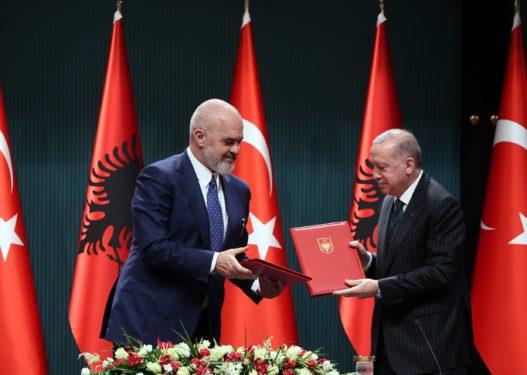 Kushtet për mbështetjen e Erdogan për fushatë/ Gjuha turke futet si lëndë mësimore në Shqipëri!
