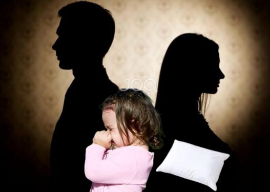 Ishte në prag divorci/ Nëna vret fëmijën e saj 2 vjeçe dhe telefonon burrin: Vajza jote nuk ekziston më!