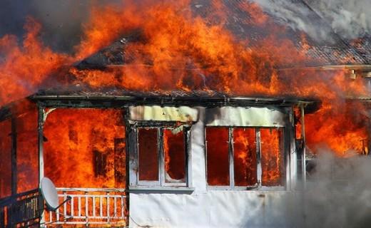 Zjarri masiv në Berat/ Familjarët shuajnë shpresat: Ka tre të vdekur brenda, na njoftuan!