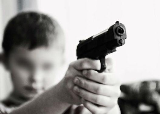 E rëndë! I mituri shqiptar qëllon me armë bashkëmoshatarin