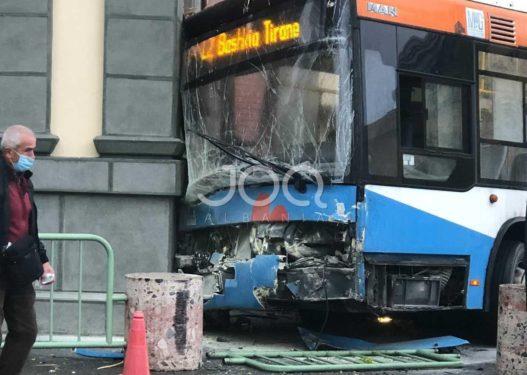 Shoferi donte të parakalonte një autobus tjetër, 4 të plagosur nga aksidenti i urbanit në Tiranë