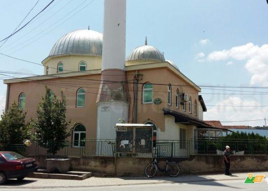 Gjobitet Imami i Kamenicës pasi lejoi shumë besimtarë të futen në xhami