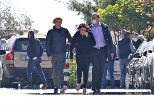 I vranë burrin para shtëpisë/ E shokuar dhe në lot, bashkëshortja e gazetarit grek shkon në vendngjarje