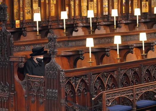 E trishtuar dhe e veshur me të zeza, Mbretëresha vajton e vetme në funeralin e Princit Philip!